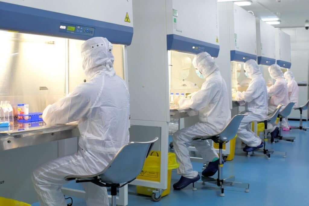 Сотрудники лаборатории, обрабатывающие пуповинную кровь в лаборатории Beike GMP