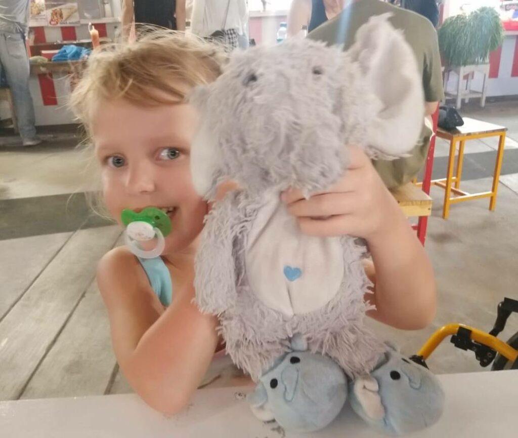 Лотта со своим игрушечным слоном