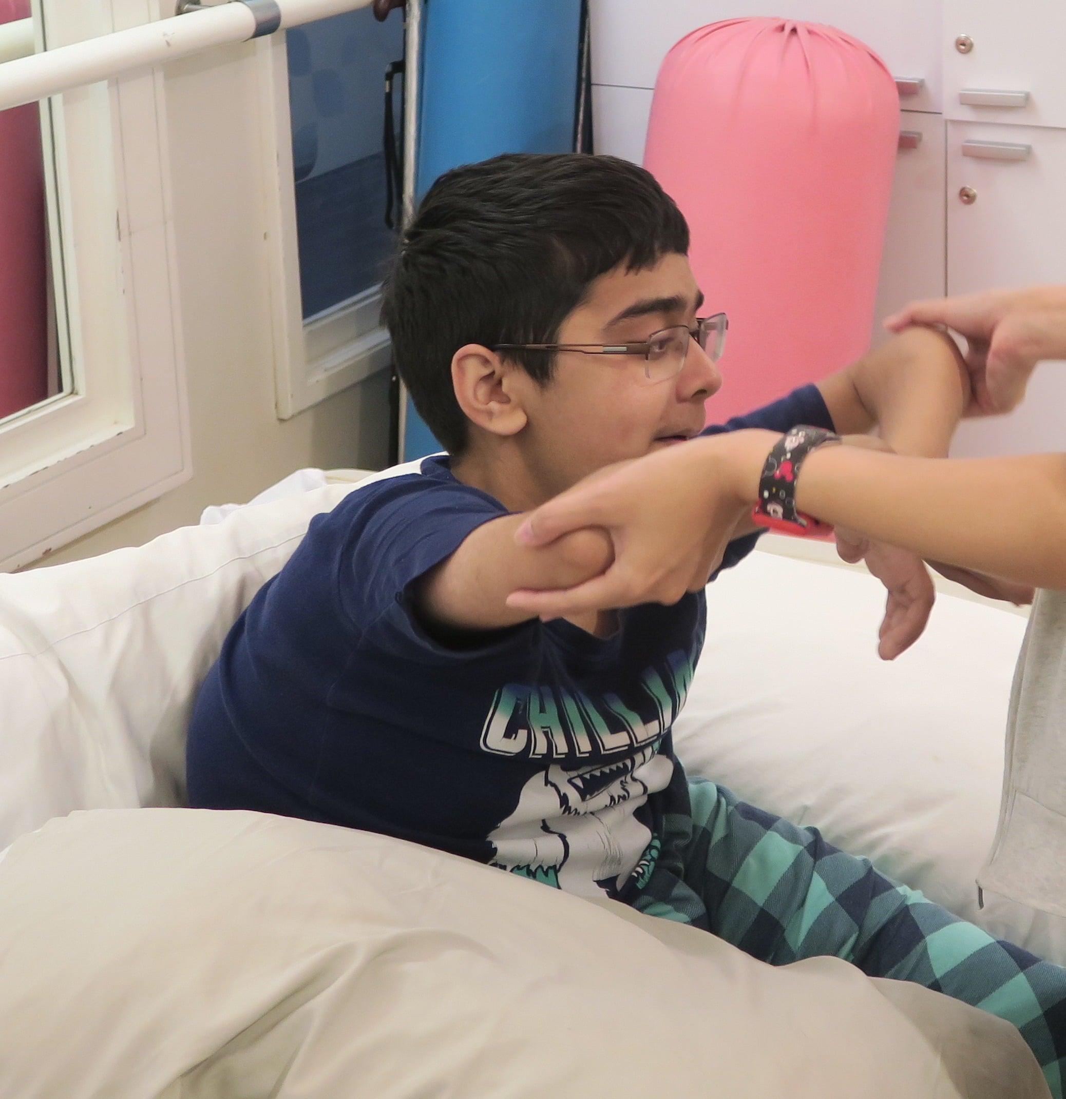 Саиф во время сеанса физиотерапии
